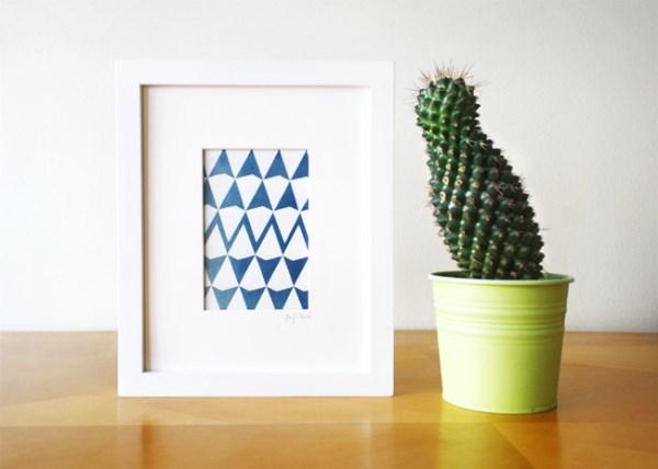 Картина с геометрическим принтом и кактус