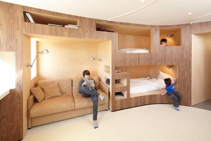 Встроенная двухъярусная кровать в спальне