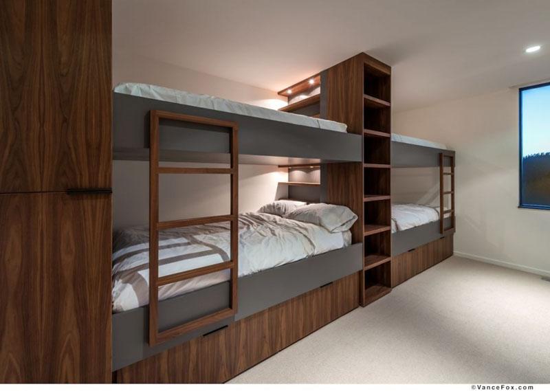 Четырёхместная двухъярусная кровать в спальне