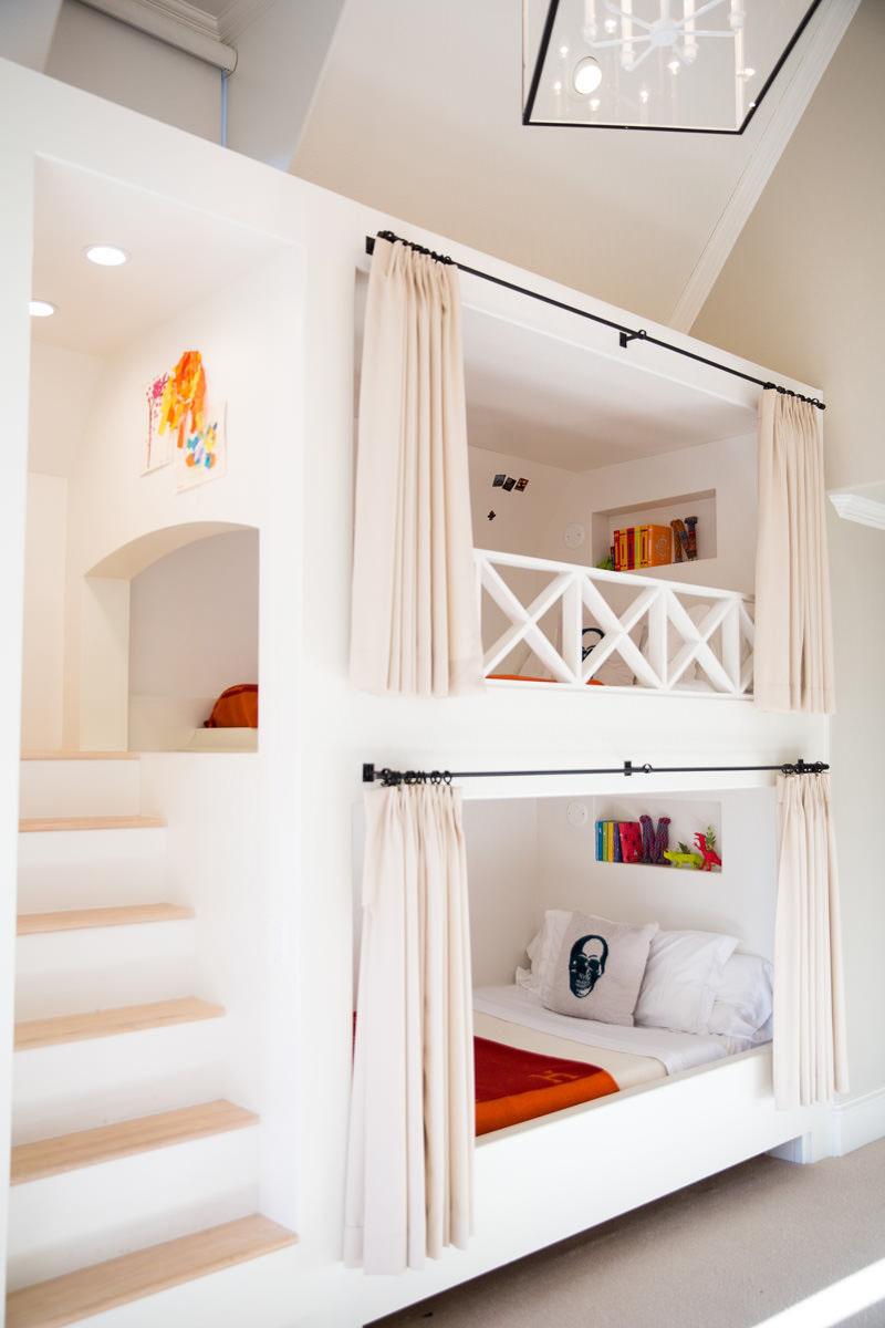 Двухъярусная кровать со шторками в спальне