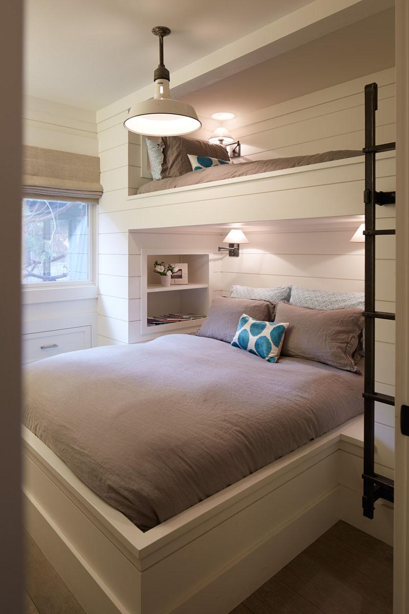 Двухъярусная кровать с лестницей в спальне