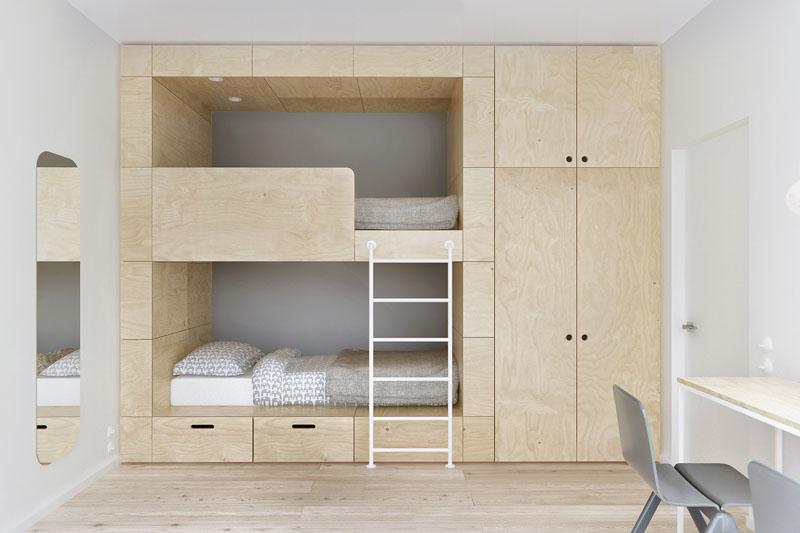Деревянная вухъярусная кровать в спальне