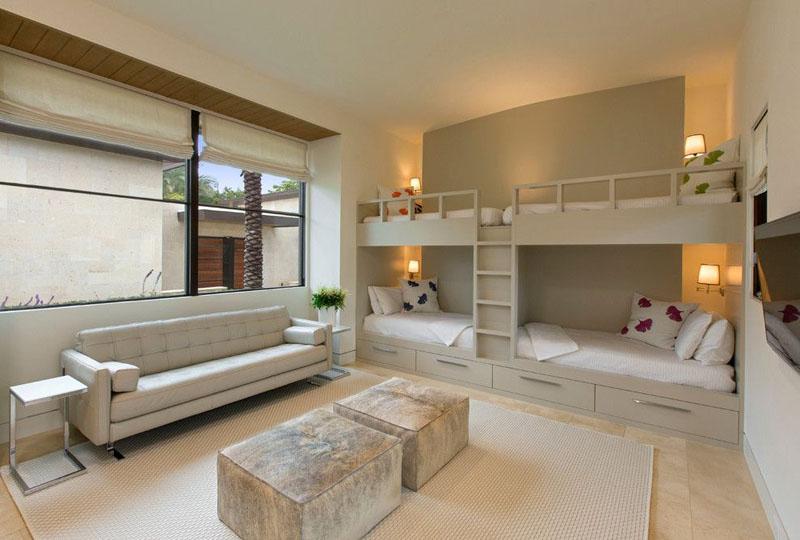 Двухъярусная кровать в спальне для четверых