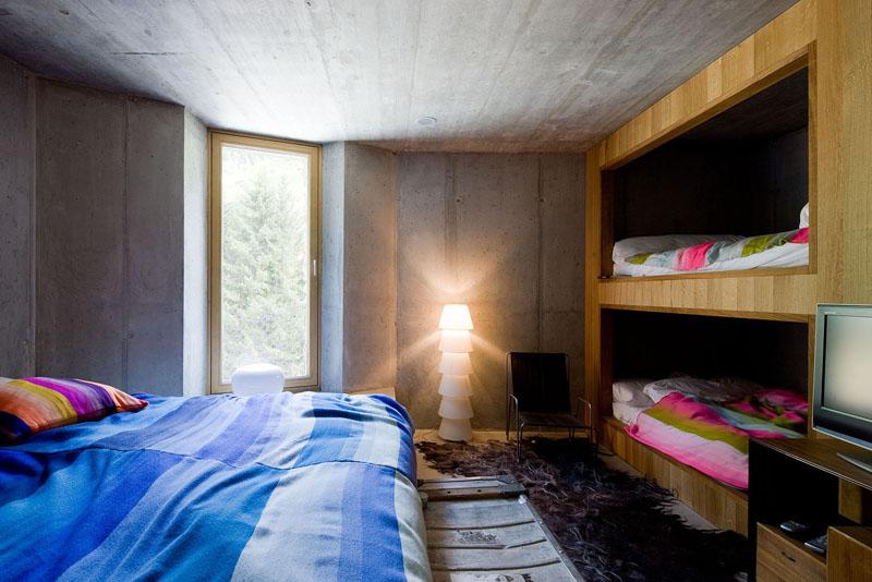 Двухъярусная кровать в спальне в эко-стиле