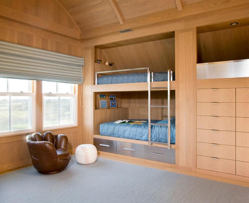 Двухъярусная кровать в спальне с деревянной отделкой