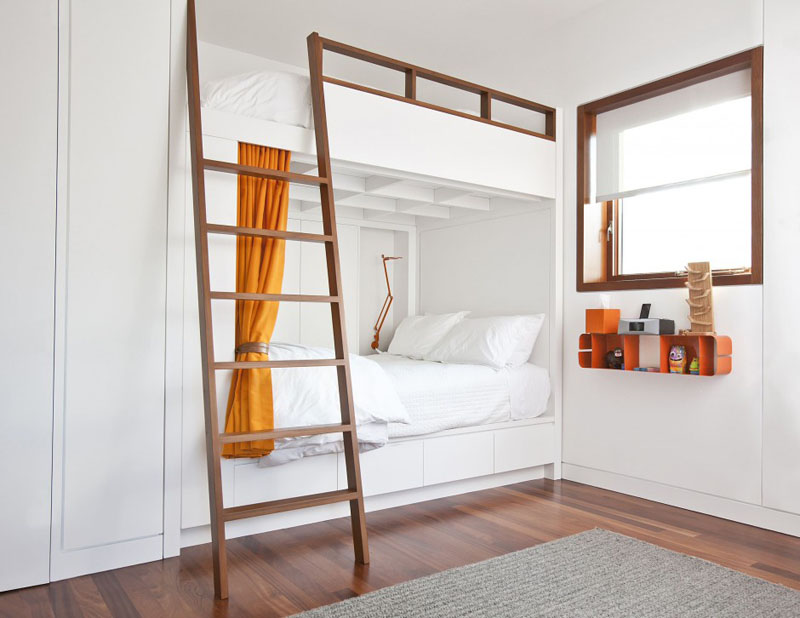 Двухъярусная кровать в спальне в белом цвете