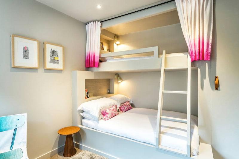 Двухъярусная кровать в бело-розовой спальне
