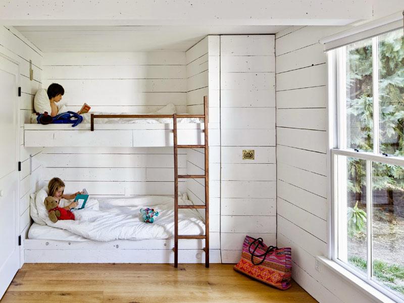 Двухъярусная кровать в белой спальне