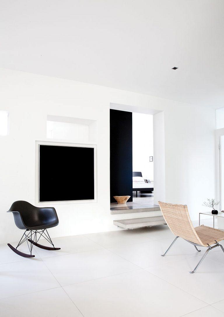 Дизайн небольшой квартиры в чёрно-белом цвете - фото 6