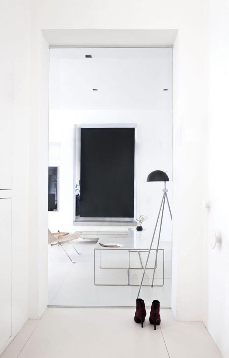 Дизайн небольшой квартиры в чёрно-белом цвете - фото 7
