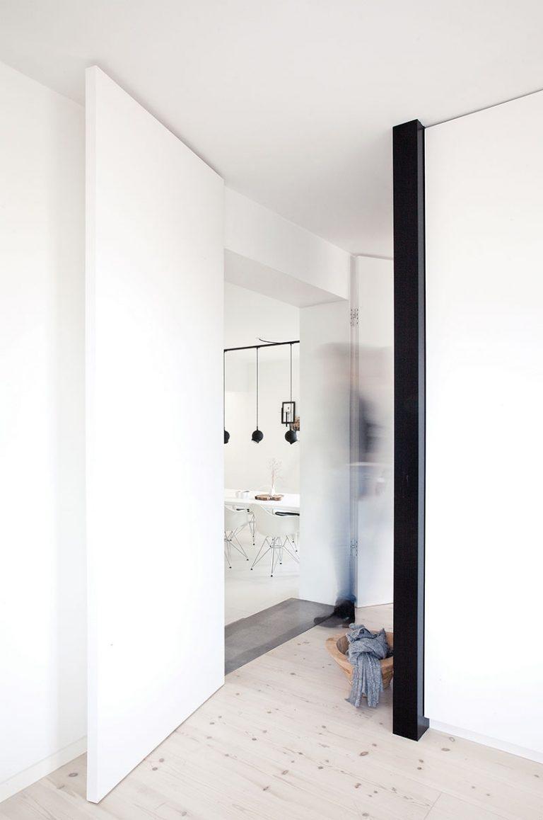Дизайн небольшой квартиры в чёрно-белом цвете - фото 2