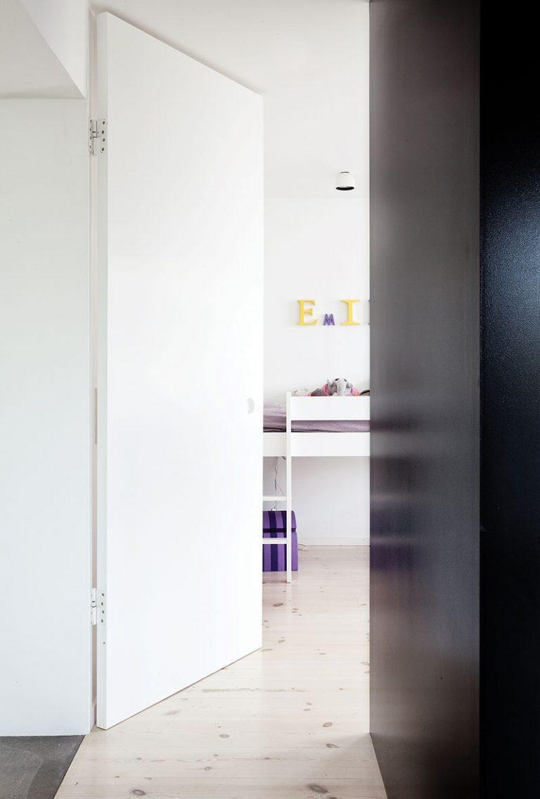 Дизайн небольшой квартиры в чёрно-белом цвете - фото 3