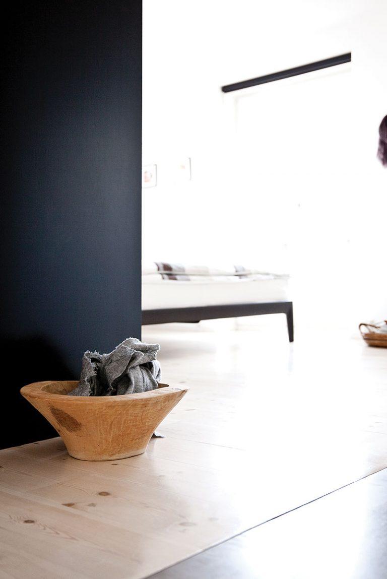 Дизайн небольшой квартиры в чёрно-белом цвете - фото 4