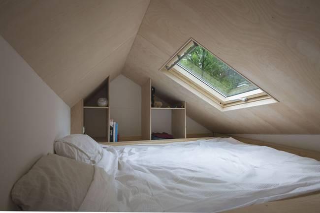 Спальня под потолком в загородном доме на колёсах