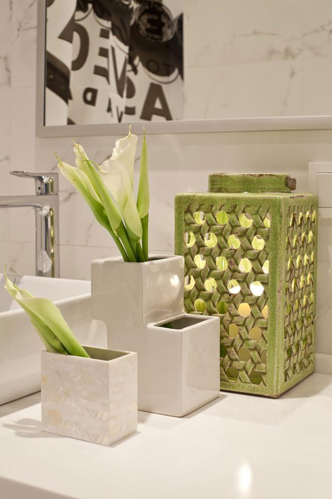 Цветы в ванной светлой квартиры-студии в России