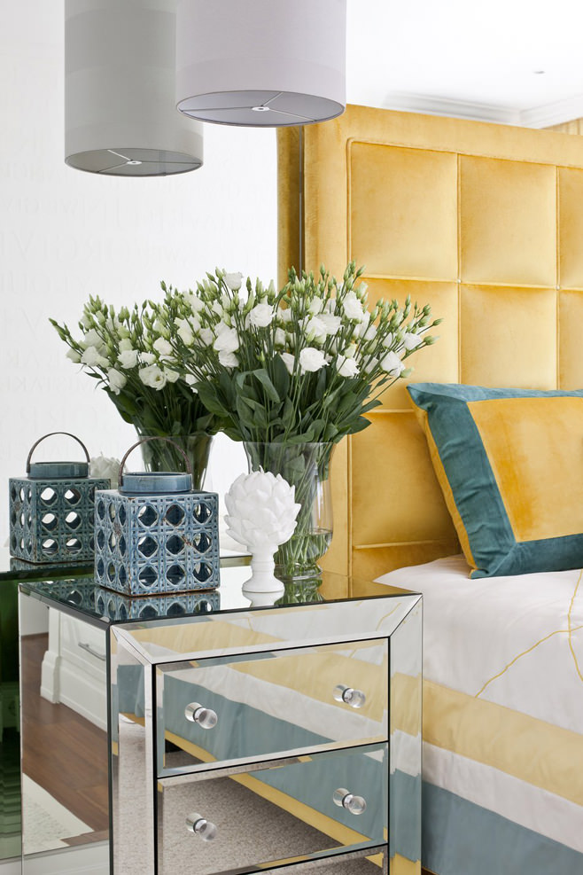 Цветы в спальне светлой квартиры-студии в России
