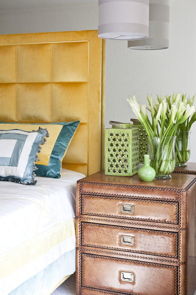 Цветы на прикроватной тумбочке в спальне