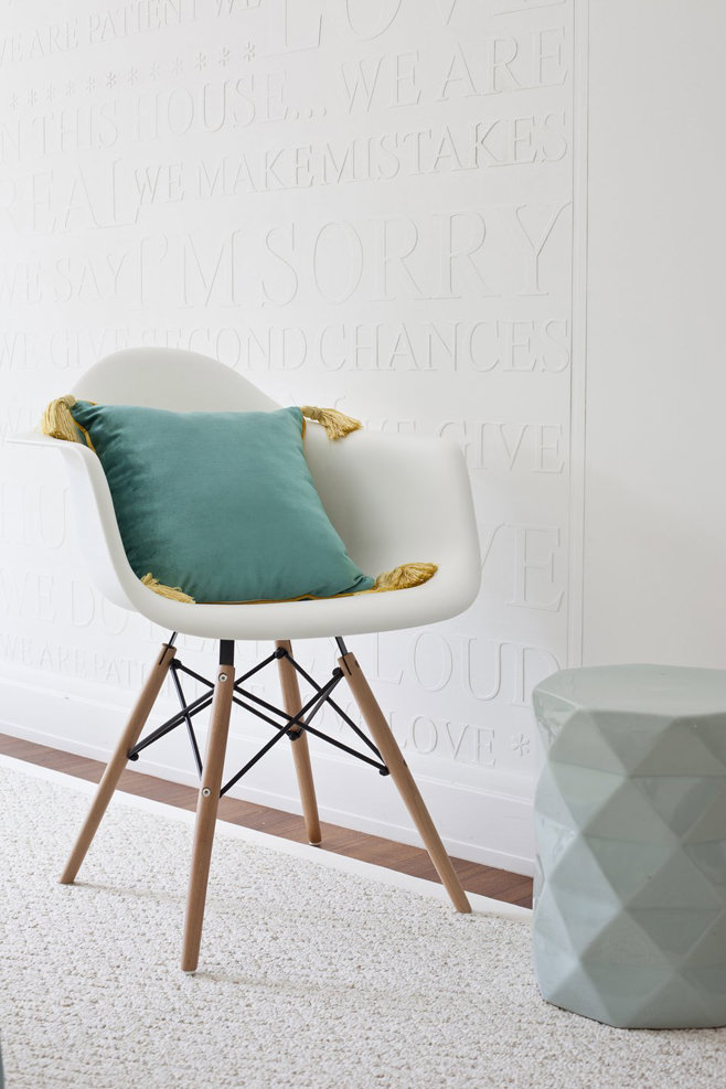 Маленькая подушка на белом стуле