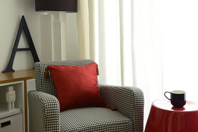 Кресло для отдыха в гостиной светлой квартиры-студии в России