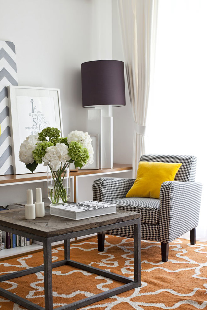 Цветы на столике в гостиной светлой квартиры-студии в России