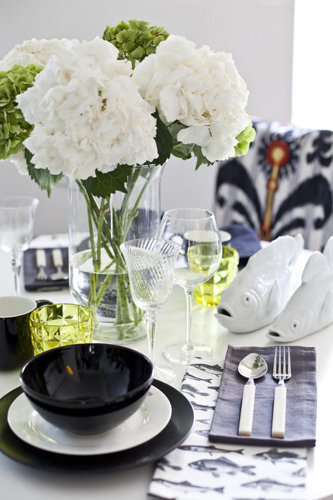 Цветы на столе в столовой светлой квартиры-студии в России