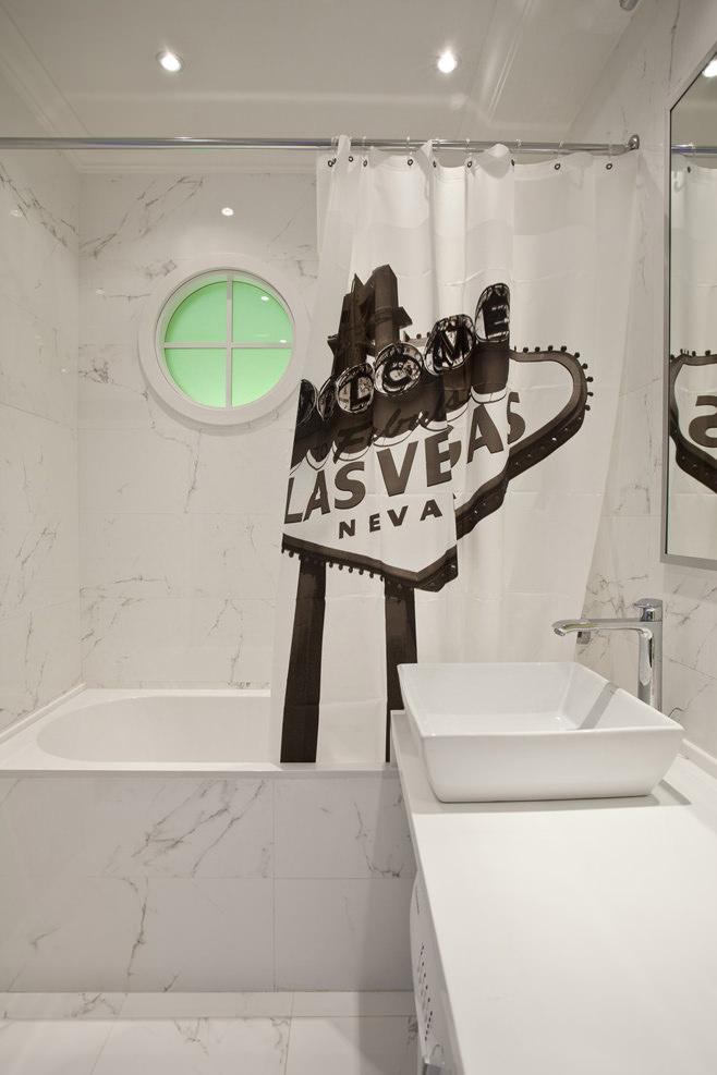 Ванная светлой квартиры-студии в России