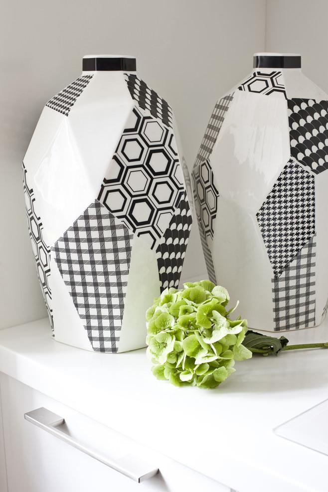 Чёрно-белые вазы в интерьере