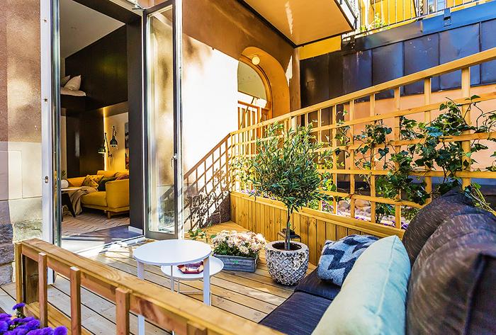 Патио на балконе маленькой квартиры-студии в Швеции