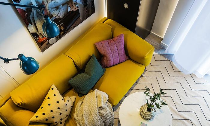 Гостиная маленькой квартиры-студии в Швеции