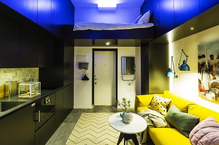 Спальное место над входной дверью маленькой квартиры-студии в Швеции