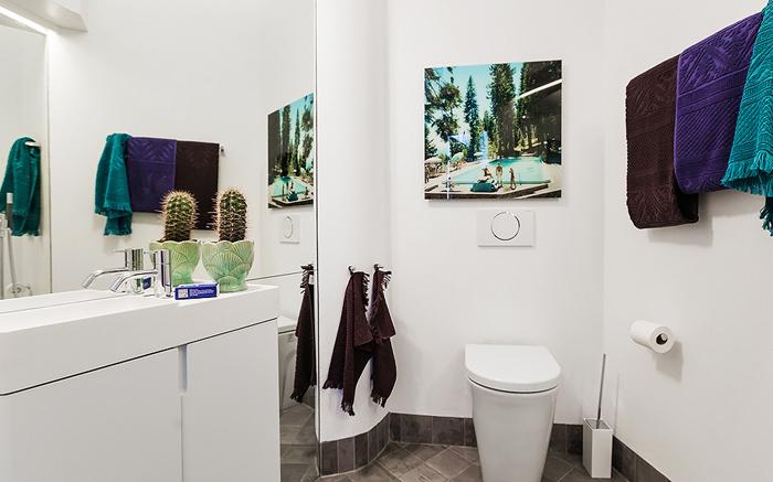 Ванная в белом цвете маленькой квартиры-студии в Швеции