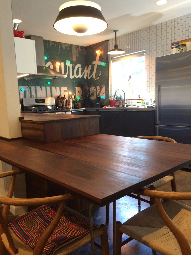 Интерьер маленькой кухни с обеденной зоной