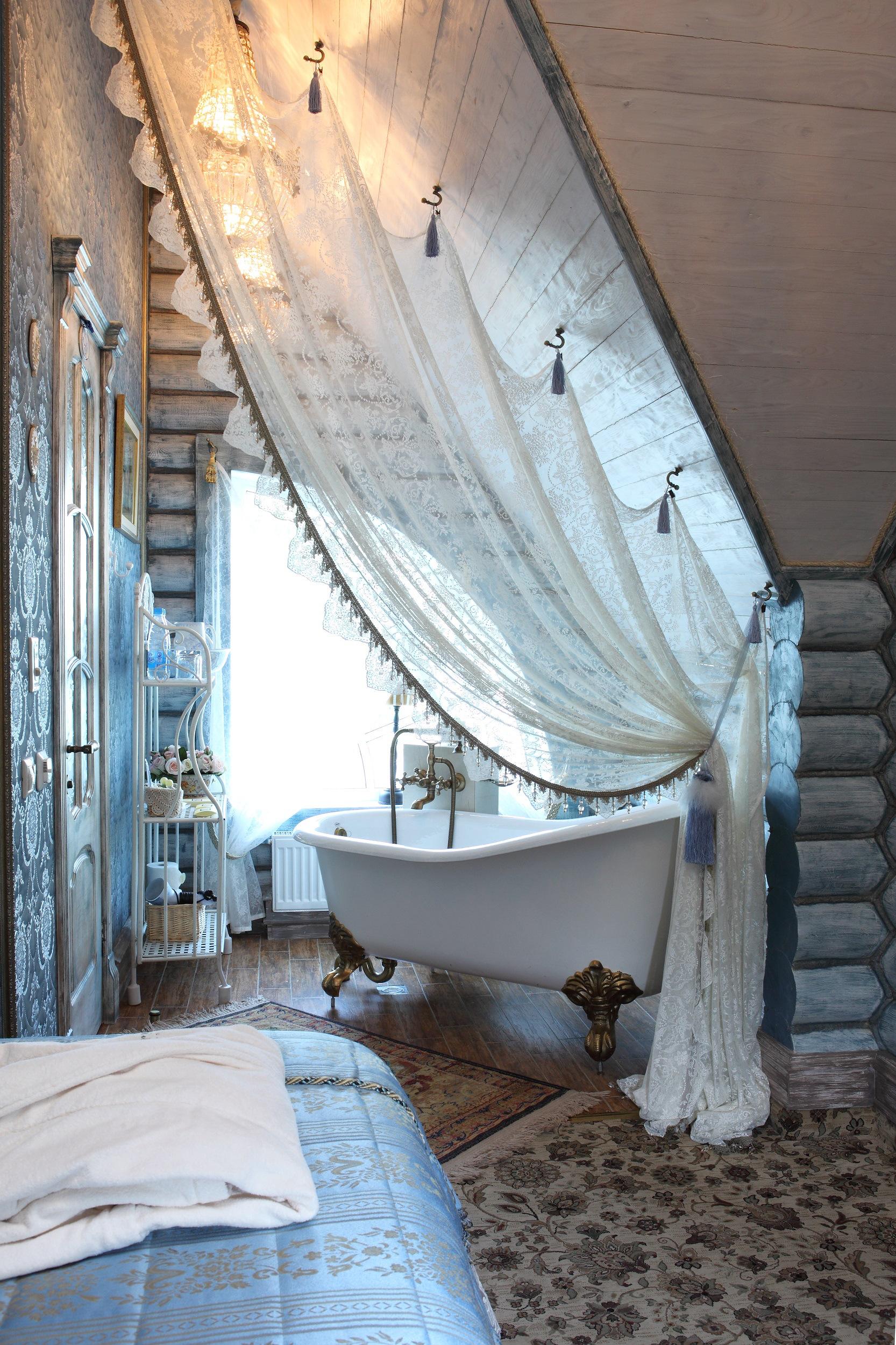 Белая штора в качестве ширмы