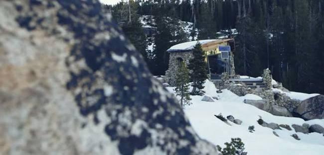Фото домика в горах. Заснеженная хижина