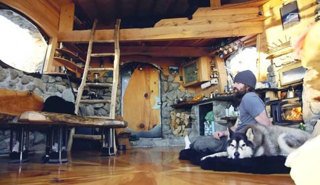 Фото домика в горах. Комната с камином