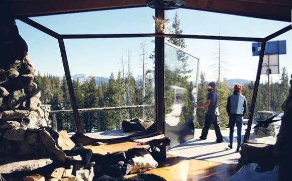 Фото домика в горах. Южный вход – стеклянные двери