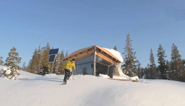 Фото домика в горах. Снег и солнце