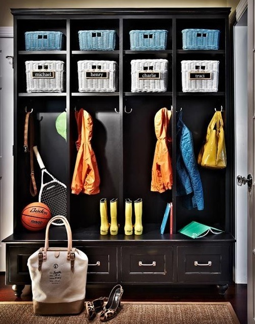 Шкаф с корзинами в прихожей