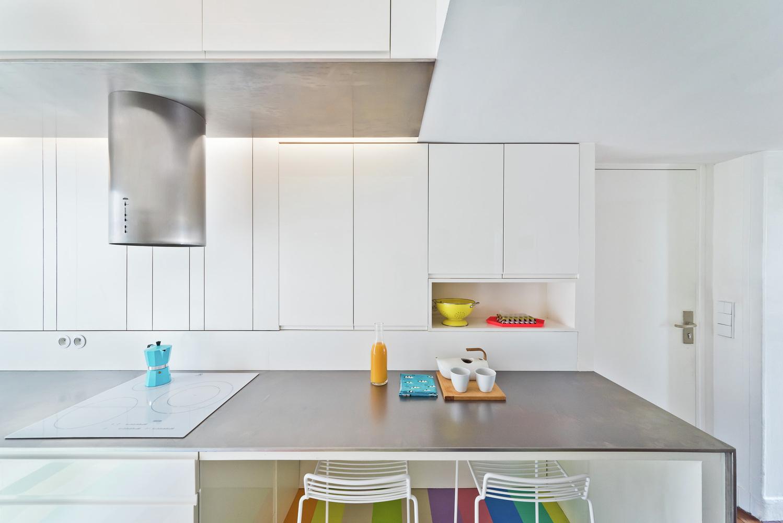 Стальной стол на кухне