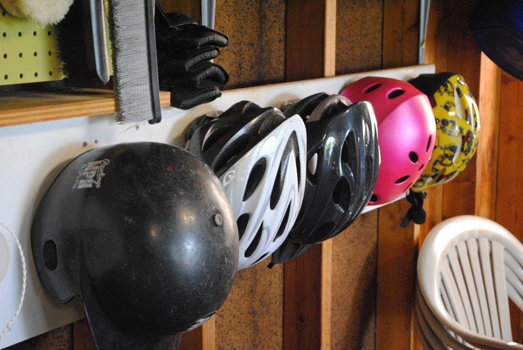 Крючки для шлемов