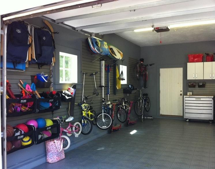 Велосипеды на стене в гараже