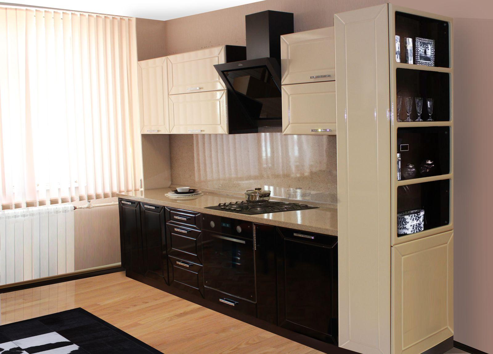 Современный кухонный гарнитур линейной формы
