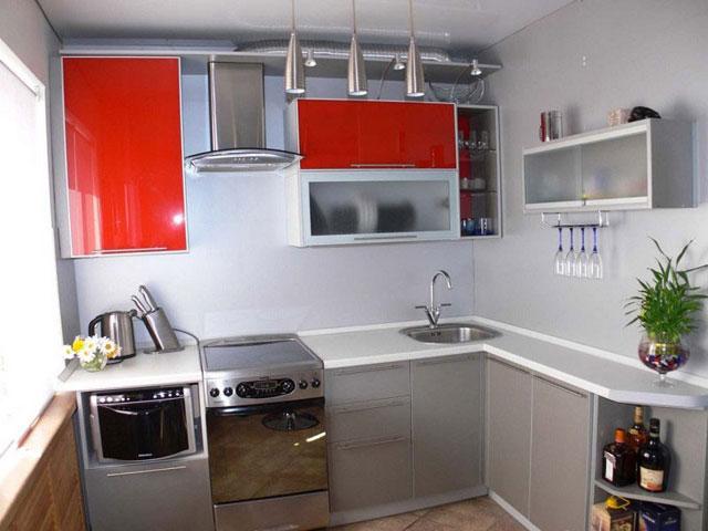Современный кухонный гарнитур с выдвижными шкафами