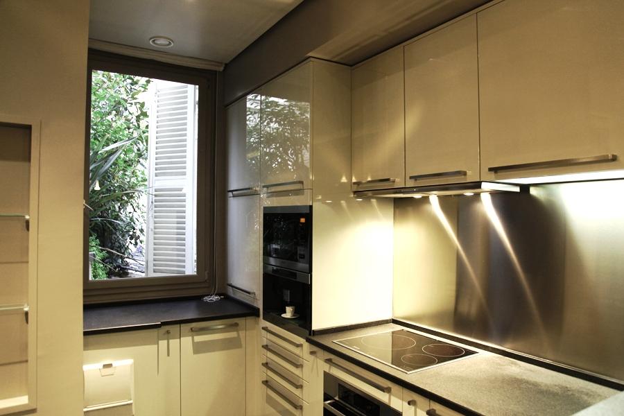 Современный кухонный гарнитур с подсветкой