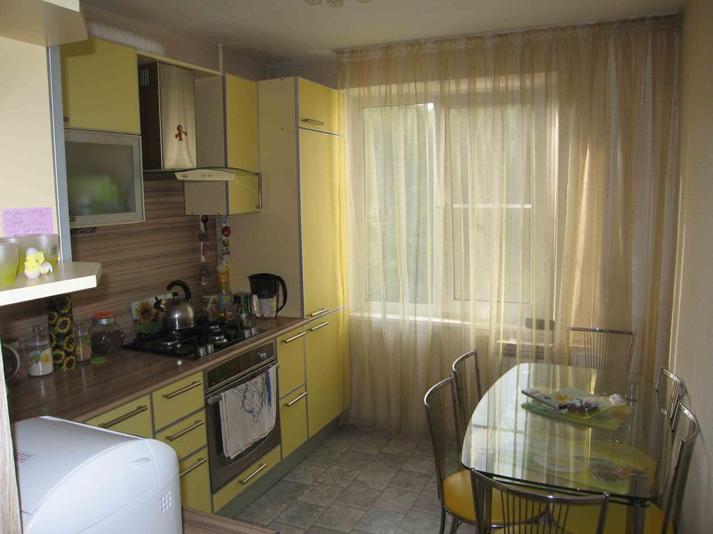 Современный кухонный гарнитур со стеклянным столом