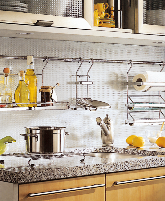 Современный кухонный гарнитур с рейлингами