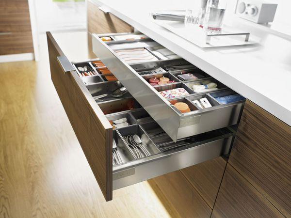 Современный кухонный гарнитур с современной фурнитурой