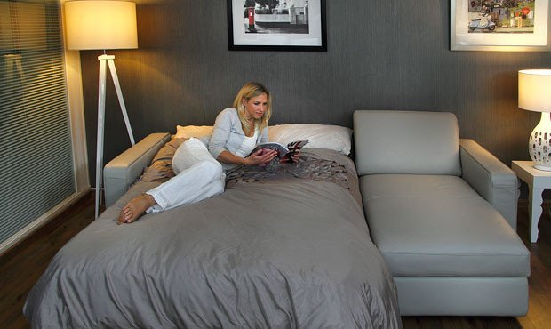 Раскладной диван в спальне гостиной