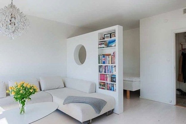 Большой стеллаж в спальне гостиной