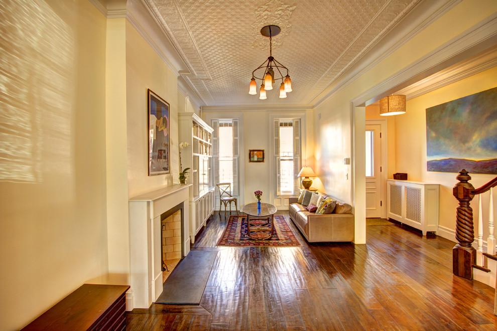 Интерьер небольшой гостиной в викторианском стиле
